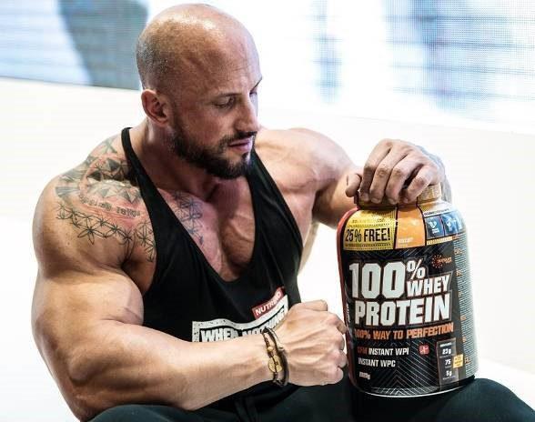 مردی در حال استفاده از مکمل پروتئین وی