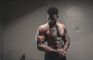 یک مرد عضلانی