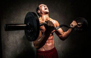 یک بدنساز در حال تمرین سخت