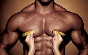 اندازه گیری دور سینه یک بدنساز