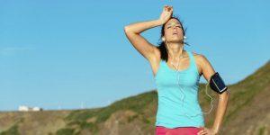 یک زن خسته بر اثر تمرین هوازی