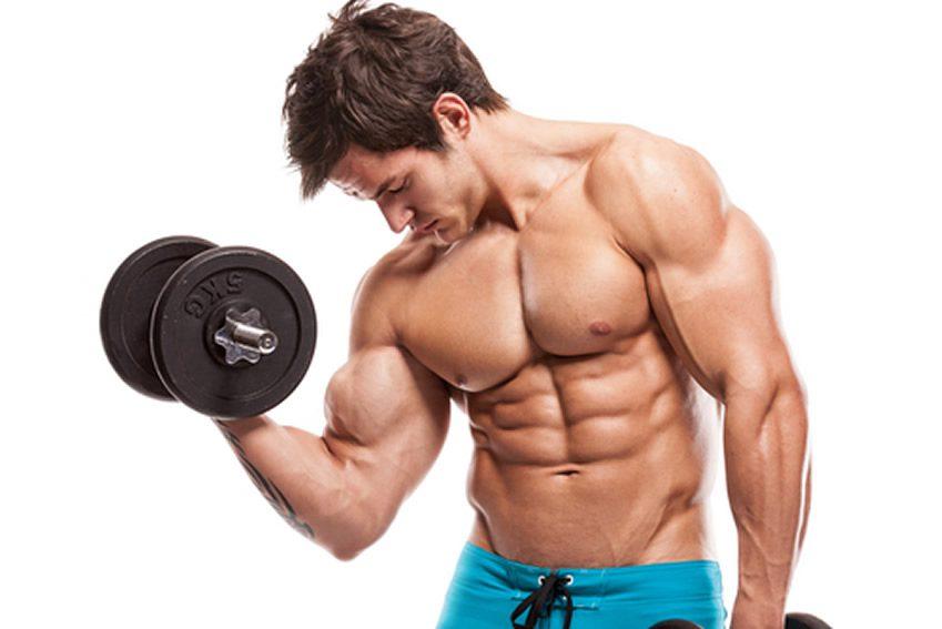 یک مرد بدنساز با برنامه غذایی دوران حجم